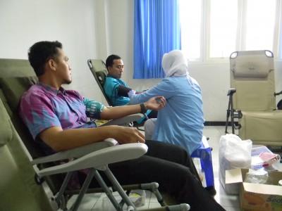 STIE YAPAN Bersama PMI Menggelar Kegiatan Donor Darah dan Cek Kesehatan Gratis